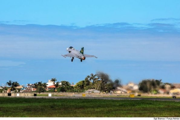 Adquirido da Suécia, Caça Gripen realiza seu primeiro voo no Brasil