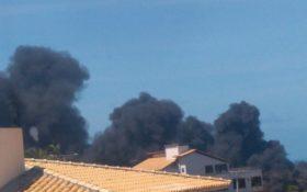 Incêndio atinge galpão no Porto das Dunas, em Aquiraz, nesta segunda (19)