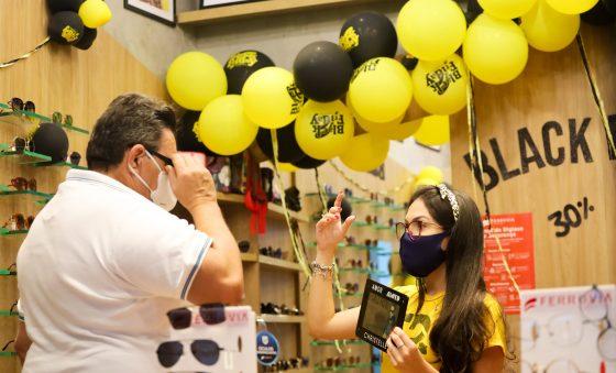 Comércio cria estratégias para atrair clientes às lojas físicas na Black Friday