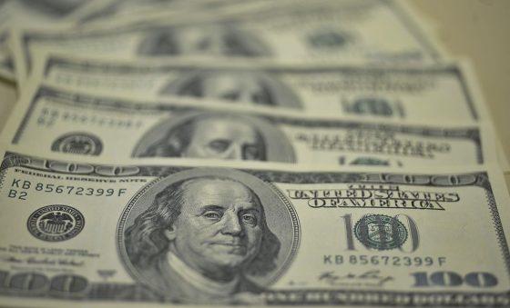 Dólar aproxima-se de R$ 5,40, mas cai na semana