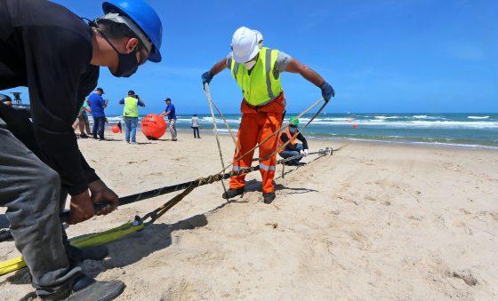 Ancoragem de cabo submarino entre Fortaleza e Portugal é concluída na Praia do Futuro