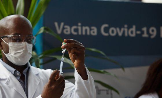 Vacinas de Oxford/AstraZeneca do Ceará irão para idosos acima de 75 anos; agendamento teve início neste domingo (24)