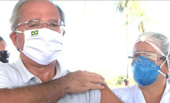 Guedes é vacinado contra covid-19 e anuncia 1 milhão de aplicações por dia, a partir do início de abril