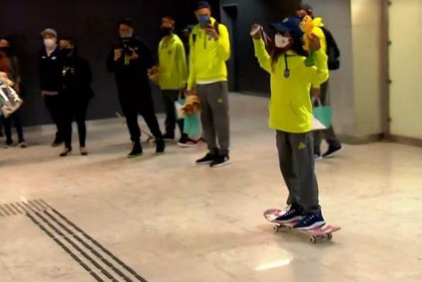 Fadinha Rayssa Leal recebe carinho de fãs em desembarque no Brasil e anda de skate no aeroporto