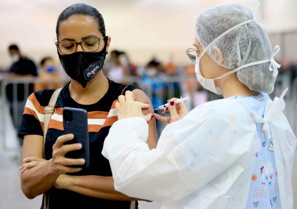 Nova repescagem da vacinação contra covid-19 para adultos de 18 a 29 anos inicia nesta segunda; veja cronograma