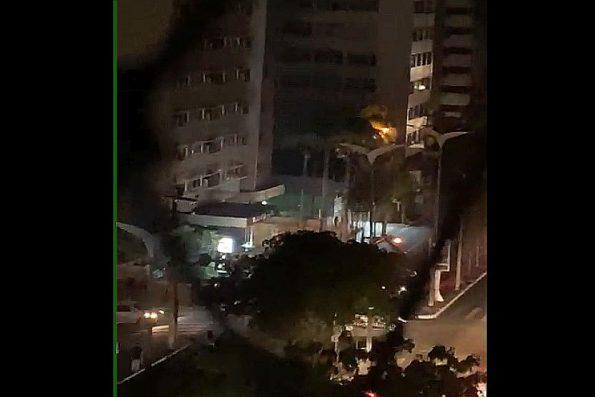 Fogo em transformador de poste provoca falta de energia em região da Avenida Abolição