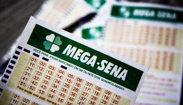 Mega-Sena sorteia prêmio de R$ 6,9 milhões; confira dezenas reveladas neste sábado